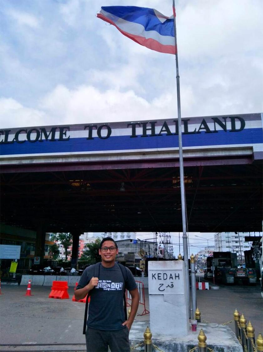 Dr Mohd Hazmi di titik sempadan Malaysia-Thailand di mana beliau mendapati tiada Jalur Gemilang dikibarkan berbanding bendera kebangsaan Thailand. - Foto Dr Hazmi