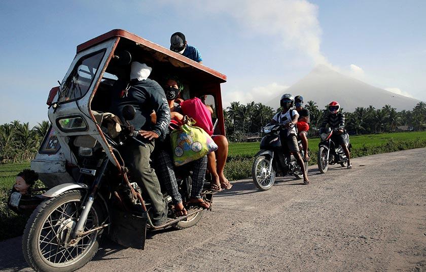 Zon bahaya di sekitar kawah itu telah berkembang dari 6km hingga 8km, tetapi sesetengah penduduk masih cuba menyelinap ke rumah masing-masing untuk memeriksa mereka dan juga menonton pertandingan ayam belukar popular di bandar Santo Domingo, wilayah Albay. - REUTERS