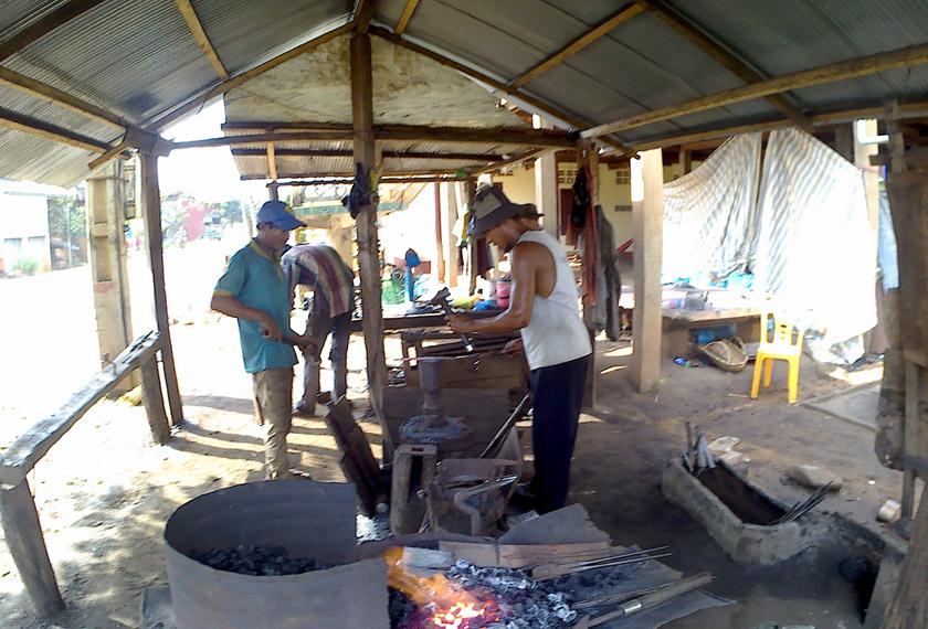 Pembuatan kapak menjadi antara penyumbang kepada ekonomi setempat - Foto AWANI Rangers UTM/Hasanah Zakaria