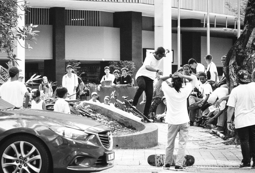 Pemain papan selaju turut bermain di sekitar Jalan Sultan Ismail pada hari tersebut. Azam Saad Instagram @burnedandstoked