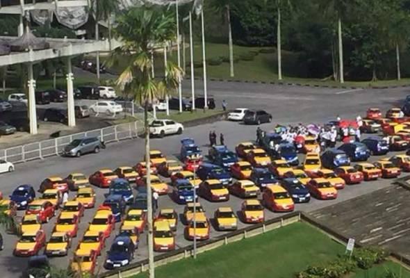 Beberapa pihak berkuasa bersama dengan wakil pemandu teksi berikutan lanjutan mogok kumpulan pemandu teksi.