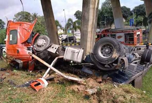 Pemandu treler Mohd Fariz Ridzuan Mahmood, 41 tahun, bagaimanapun tidak mengalami sebarang kecederaan.