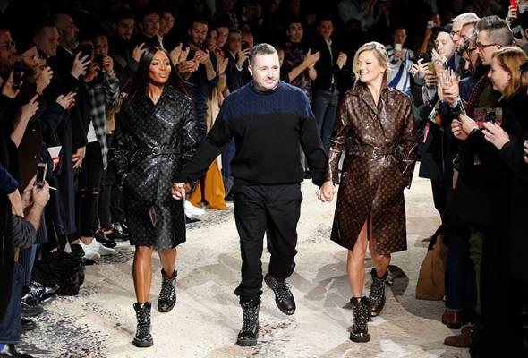 Supermodel antarabangsa Kate Moss dan Naomi Campbell membuat kejutan pada di hujung peragaan koleksi musim luruh 2018 rekaan Kim Jones.