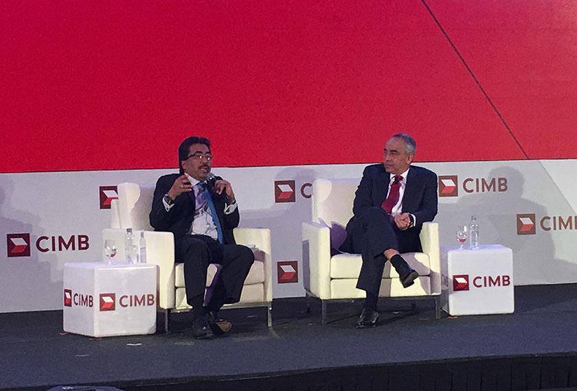 Johari berkata demikian sewaktu sesi dialog bersama Pengerusi Kumpulan CIMB, Datuk Seri Nazir Razak. - Foto Astro AWANI/Luqman Hariz