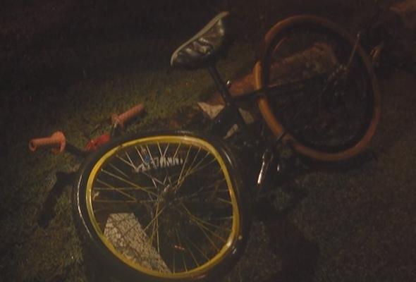 Murid tahun empat dipercayai berbasikal melintas jalan untuk pulang ke rumah selepas meminjam buku teks kawannya di Kampung Gong Limau.