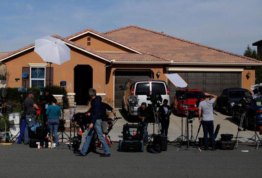 Berita mengenai kekejaman pasangan Turpin mendapat liputan luas media. Media berada di perkarangan kediaman keluarga itu untuk membuat liputan, Foto: AP