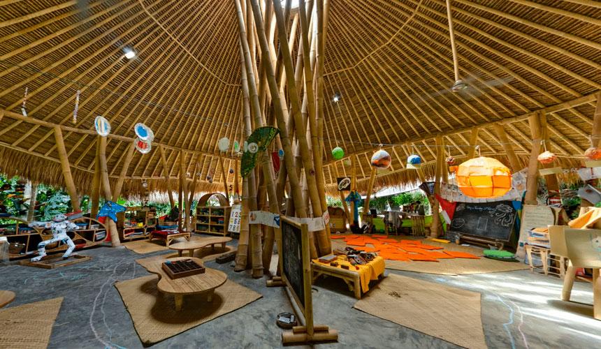 Ini merupakan sekolah 'Green School' di Bali, Indonesia yang dibina oleh sebuah firma rekaan binaan 'Ibuku'. Foto diambil dari laman web 'Ibuku.com'.