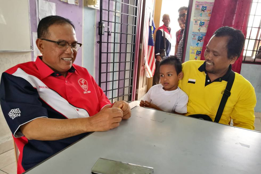 Datuk Seri Wan Rosdy Wan Ismail mengadakan perjumpaan dengan Abdul Jalil Sulaiman, bapa yang membawa anaknya menyeberangi sebuah jambatan uzur di Lipis, Pahang yang kini viral di Facebook. - Astro AWANI