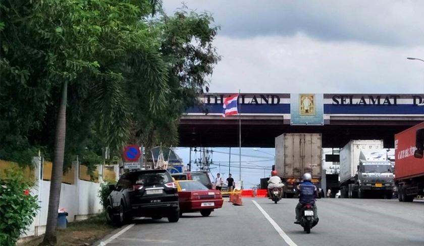 Potret Raja Thailand, Maha Vajiralongkorn terpampang dengan kebanggaan dan bendera kebangssan Thailand berkibaran di wilayahnya. - Foto Dr Hazmi