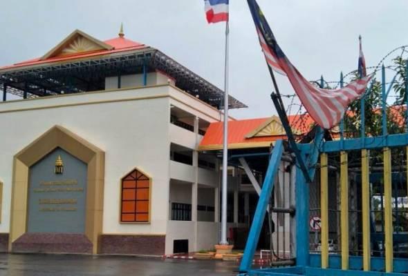 Potret Raja Thailand terpampang dan bendera kebangsaan Thailand berkibaran tepat di wilayahnya tetapi tidak di Malaysia.