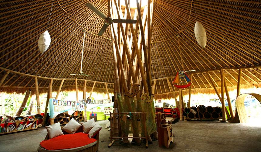 Ini merupakan sekolah 'Green School' di Bali, Indonesia yang dibina oleh sebuah firma rekaan binaan 'Ibuku'.