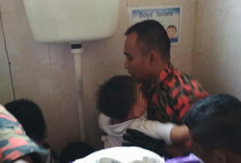 Murid prasekolah terpaksa berdepan detik cemas selepas kaki kirinya tersangkut pada lubang tandas selama setengah jam.