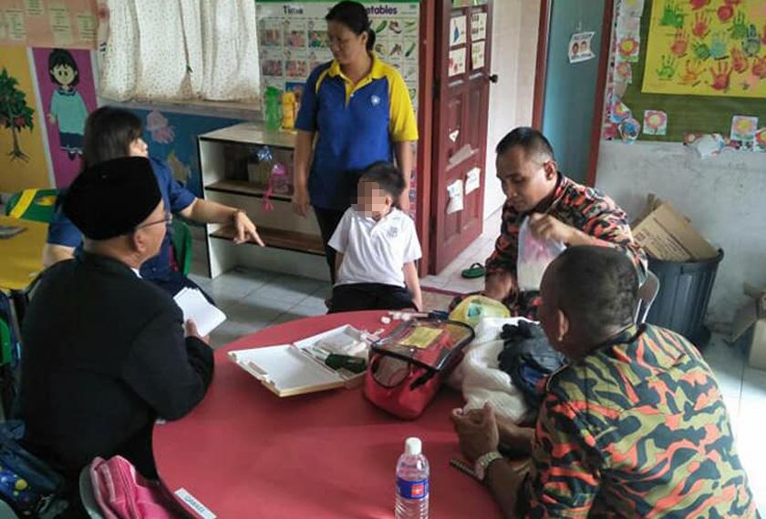 Kanak-kanak berusia lima tahun itu dibawa semula ke kelasnya selepas berjaya diselamatkan dengan bantuan Jabatan Bomba dan Penyelamat Malaysia (JBPM) Keningau.