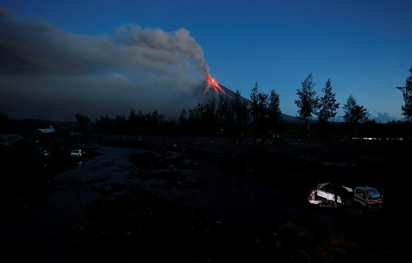 Debu berterusan keluar dari Gunung Mayon selepas gunung itu meletus sejak minggu lalu. - Reuters