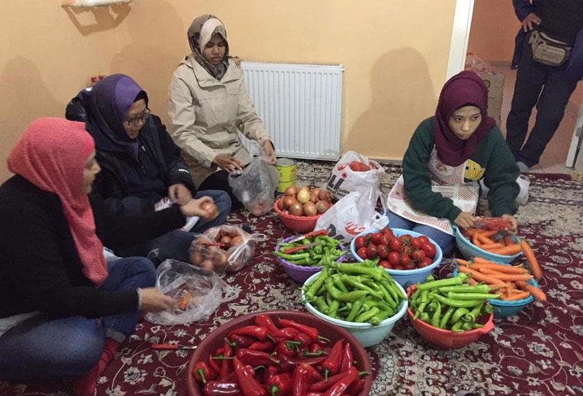 Persediaan rapi bersama keluarga dan sukarelawan pelarian Syria yang lain