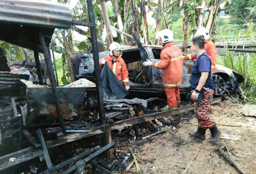 Pasukan menyelamat sibuk membuat pemeriksaan keselamatan bagi memastikan api berjaya dikawal.