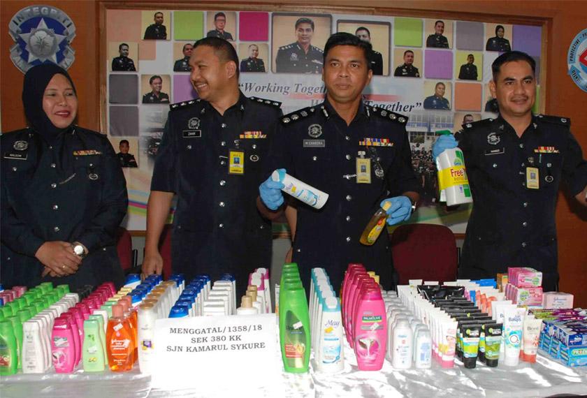 M. Chandra menunjukkan barangan yang dipercayai dicuri oleh suspek. - Foto Astro AWANI/ Ruzaini Zulkepli