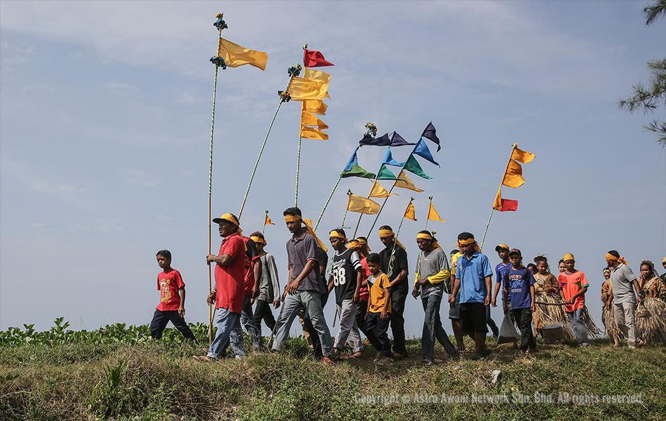 Mah Meri tribesman march head to the beach
