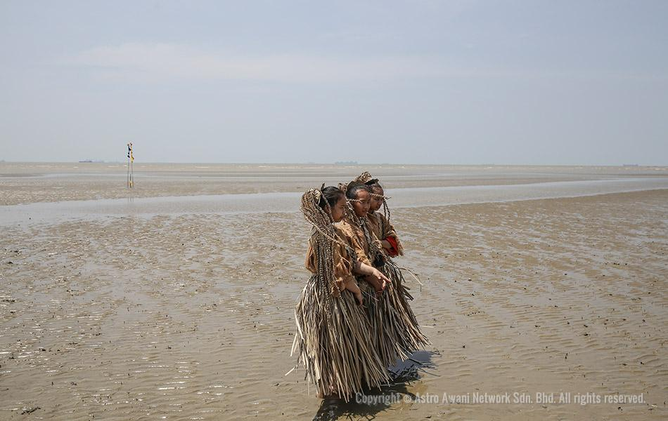 Mah Meri tribes wears traditional dress
