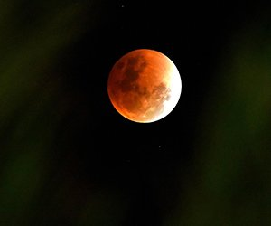 Fenomena gerhana 'Super Blue Blood-Moon'