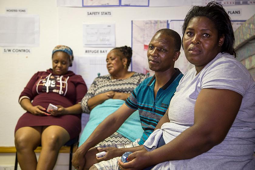Sebahagian ahli keluarga mangsa-mangsa yang terperangkap menunggu di luar lombong emas berkenaan. Foto: AP