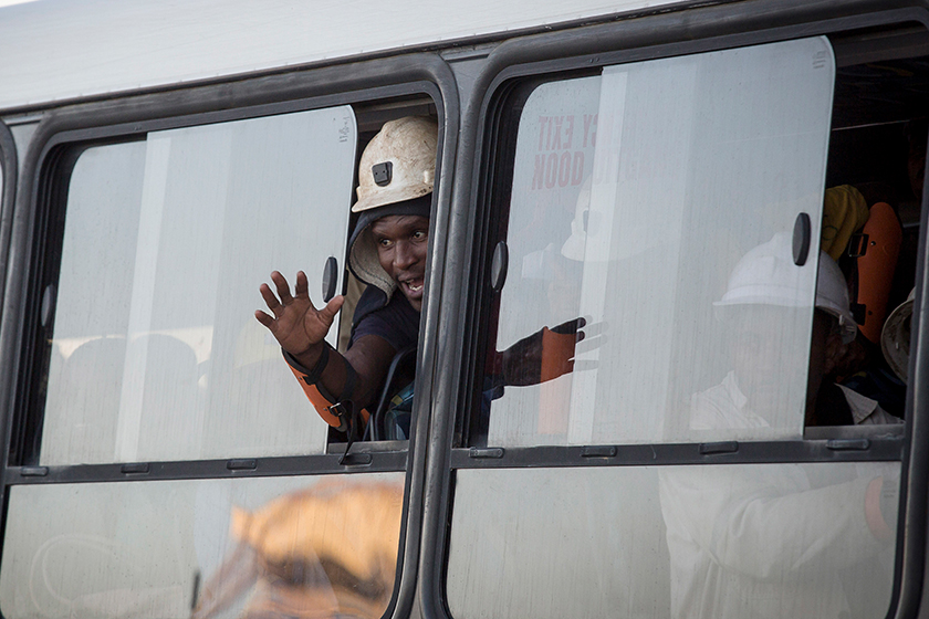 Salah seorang pekerja yang terperangkap melambaikan tangan sejurus diselamatkan. Foto: AP