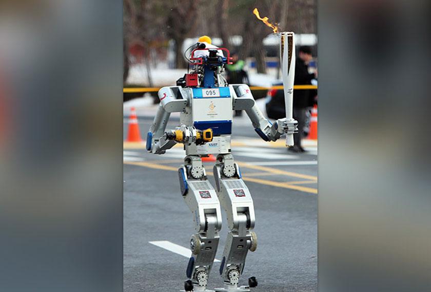 HUBO, robot humanoid dilihat sedang berlari memegang obor Olimpik Musim Sejuk Pyeonchang 2018.