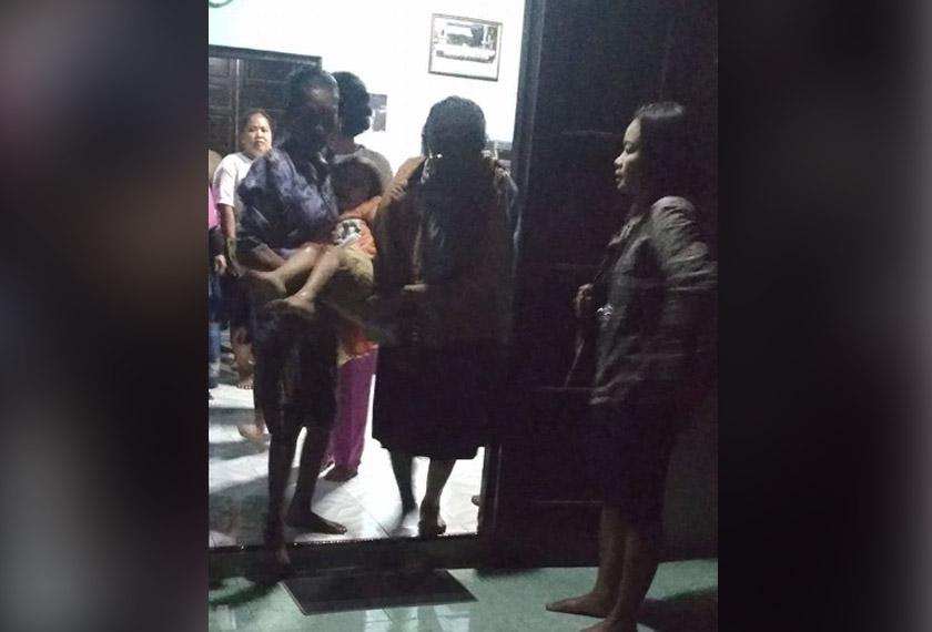 Mangsa dilaporkan sudah menerima rawatan di pusat kesihatan berdekatan manakala ibunya kini ditahan. -Instagram @infocegatansukoharjo