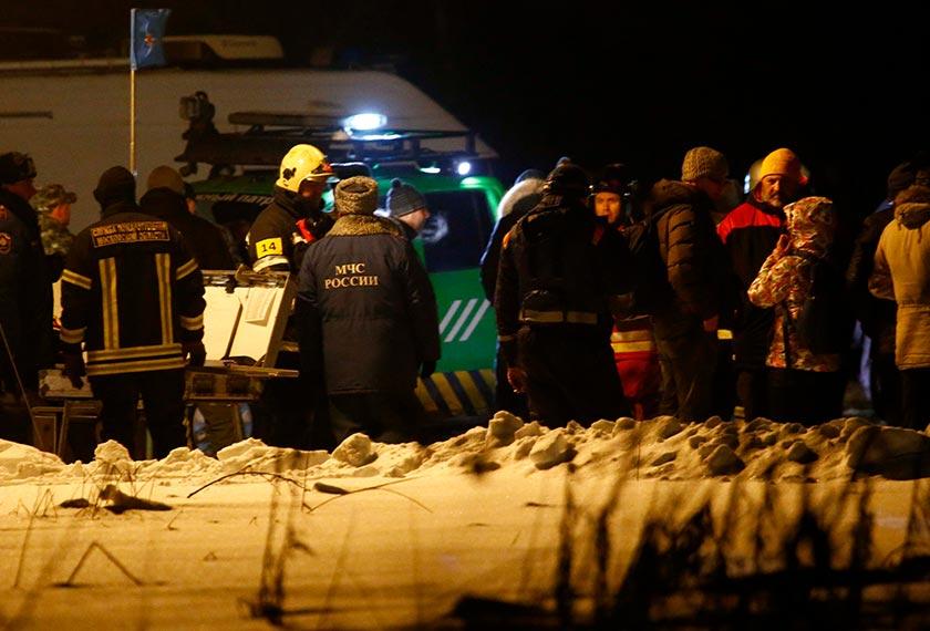 Pasukan penyelamat meneruskan usaha mengumpul serpihan bangkai pesawat dan mencari kotak hitam bagi mencari punca nahas pesawat terhempas. - REUTERS