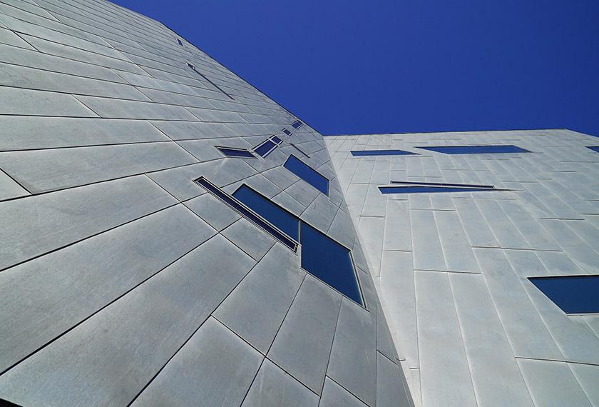 Lapisan pelindung luar bangunan (cladding) berfungsi sebagai penebat haba dan rintangan cuaca di samping meningkatkan tahap estetika sebuah bangunan.