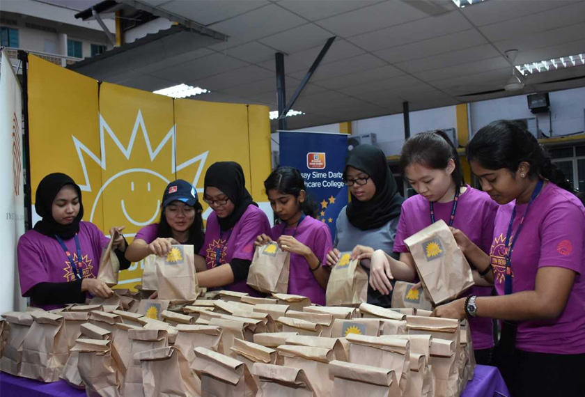 Over 40 student-volunteers of Ramsay Sime Darby Healthcare College arrived in IOJ Volunteer Centre at around 5:50am.