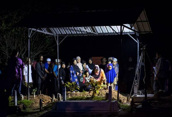 Allahyarham Silawati, 31, dikebumikan di Tanah Perkuburan Islam Merbau Sempak, Sungai Buloh, kira-kira pukul 9.30 malam tadi.
