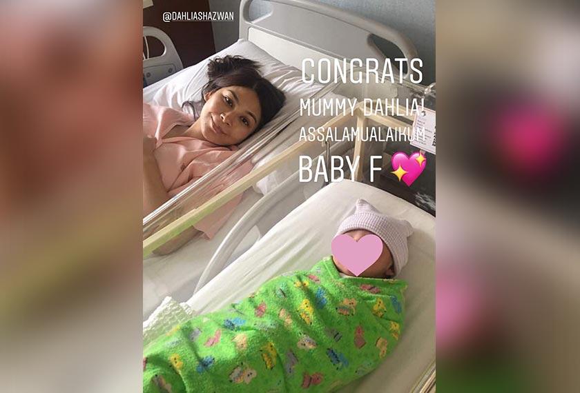 Dahlia bersama anak perempuannya yang baru dilahirkan pagi tadi.