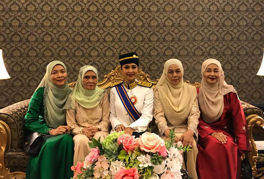 Syafinaz hadir bersama ibunya (kiri dalam gambar) sewaktu menerima Pingat Mahkota Wilayah yang membawa gelaran Datuk.