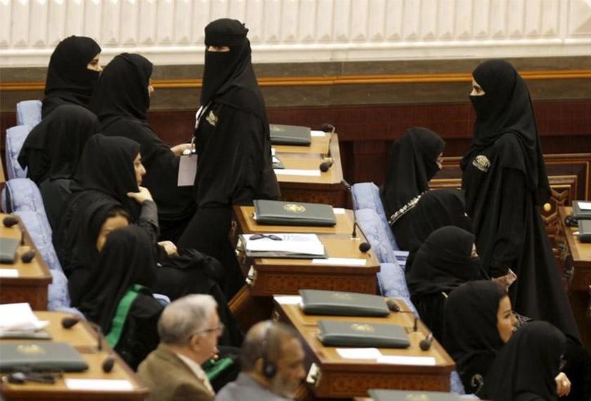 Wanita Arab Saudi kini tidak lagi perlu berjubah di tempat awam. FOTO: REUTERS