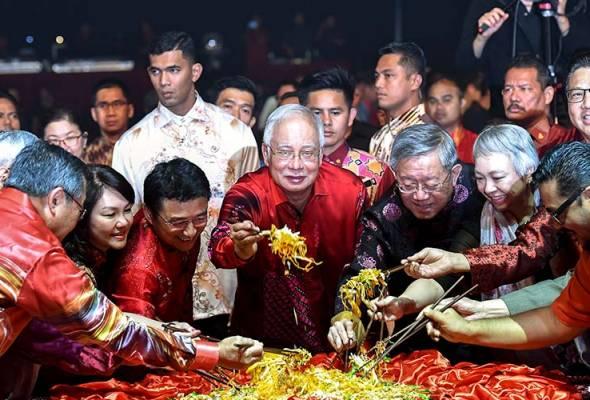 Perdana Menteri, Datuk Seri Najib Tun Razak turut menasihati usahawan untuk tidak mengambil risiko dengan menggantikan kerajaan lain.