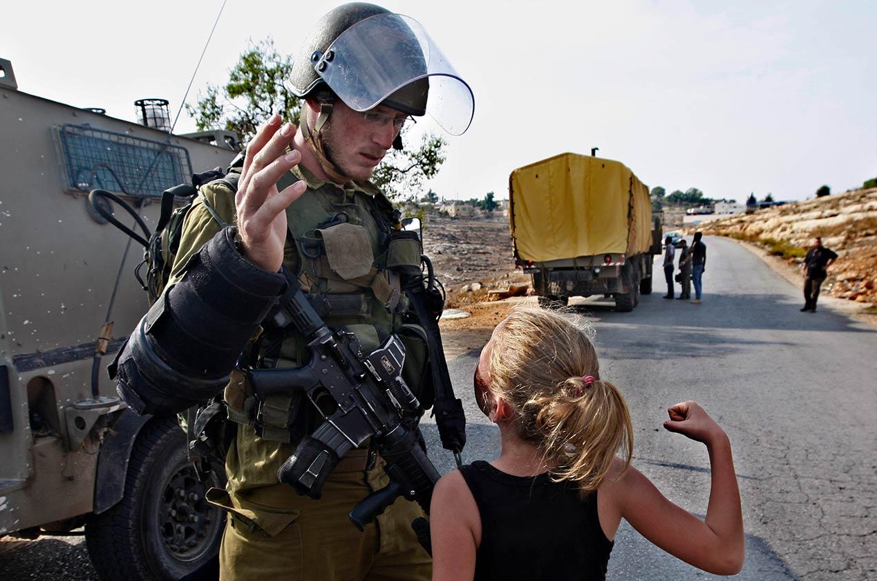 Tamimi pernah gigit tangan tentera israel ketika berusia 11 tahun . - Foto AP