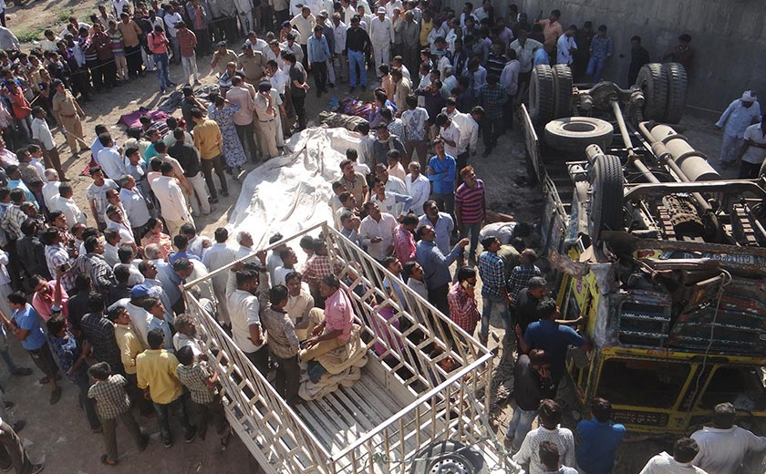 Trak malang ini membawa sejumlah 60 orang penumpang dalam perjalanan ke majlis perkahwinan - Foto AP