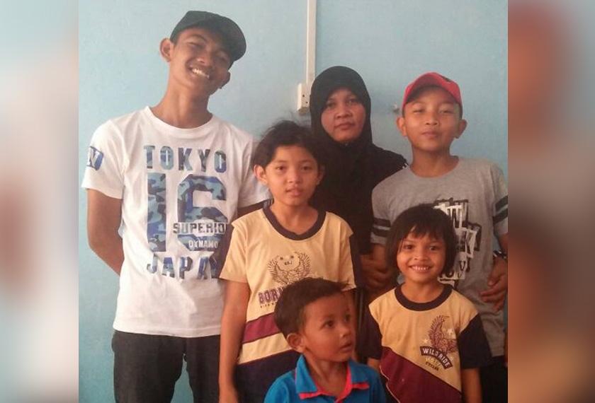 Sukri (kanan) bersama ibu dan adik-beradiknya.
