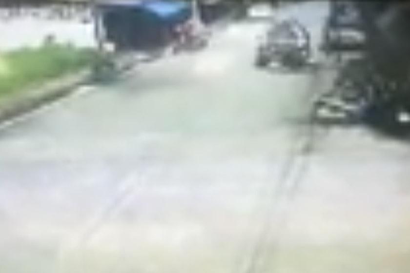 Mada-oh Maba, 39, sedang membonceng motosikal sebelum merempuh suspek menggunakan sebuah kenderaan 'pickup' berwarna hijau.