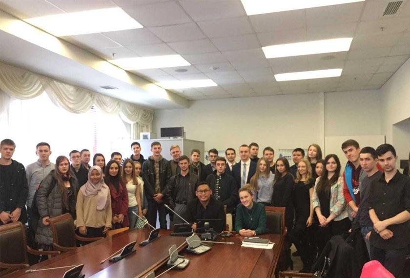 Dr Hazmi turut menjalankan kelas-kelas perbincangan bagi kelas-kelas sarjana muda perundangan. - Astro AWANI