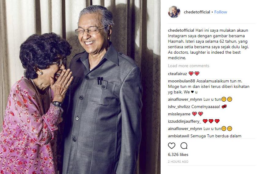 Dalam gambar pertama di akaun rasmi Tun M, beliau memberikan ungkapan cinta buat isterinya.
