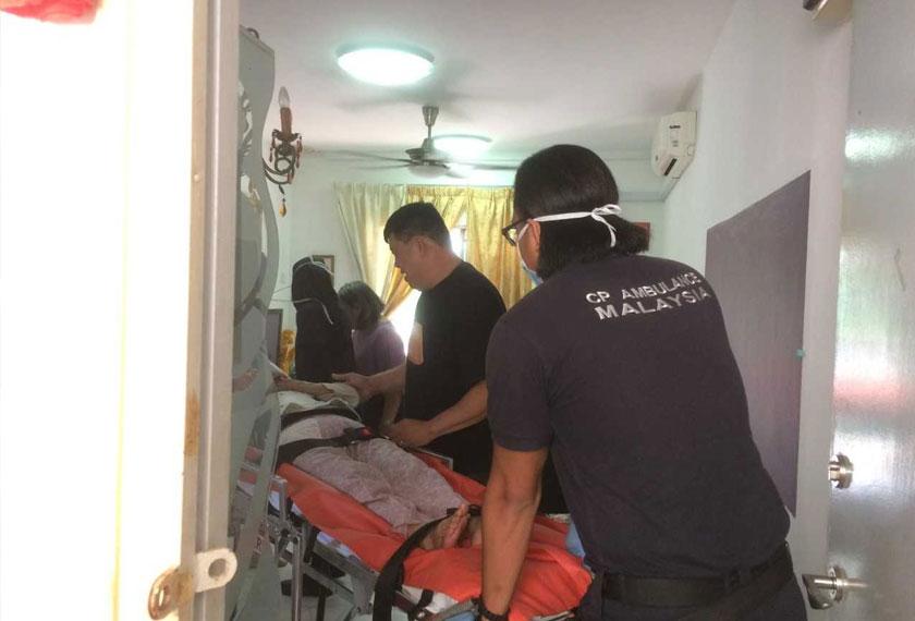 Mr. Kuan bersama krunya membawa seorang wanita Cina yang terlantar sakit akibat tua menaiki ambulans secara percuma.