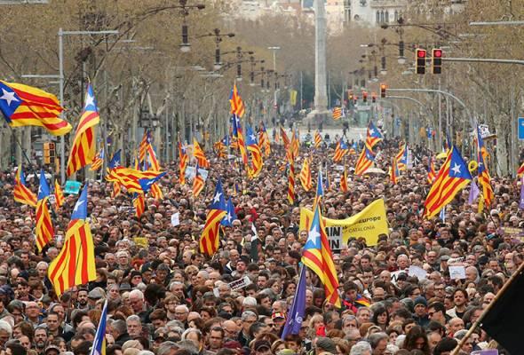 Protes tuntut pembebasan Carles Puigdemont di Barcelona