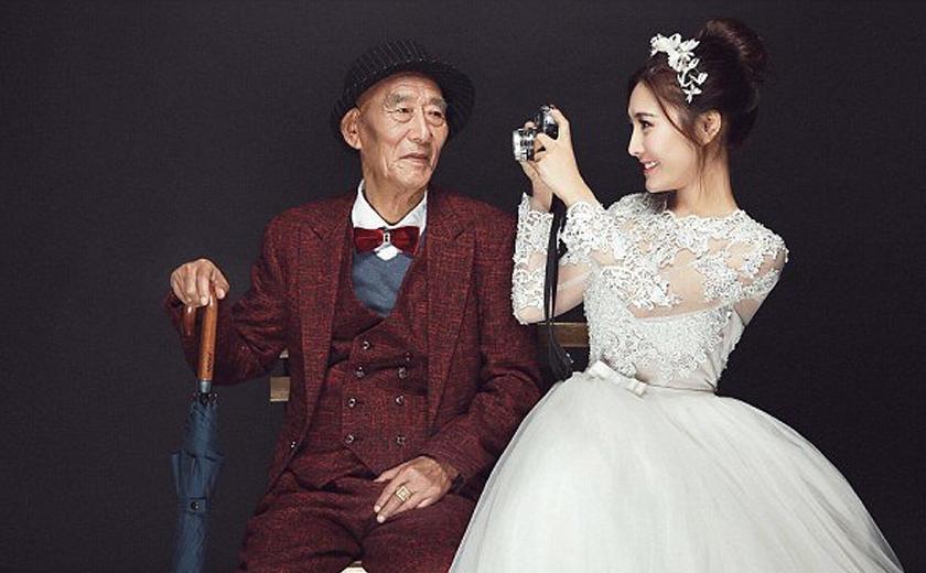 Seorang wanita berusia 25 tahun nekad mengambil foto perkahwinan bersama datuknya yang semakin uzur.
