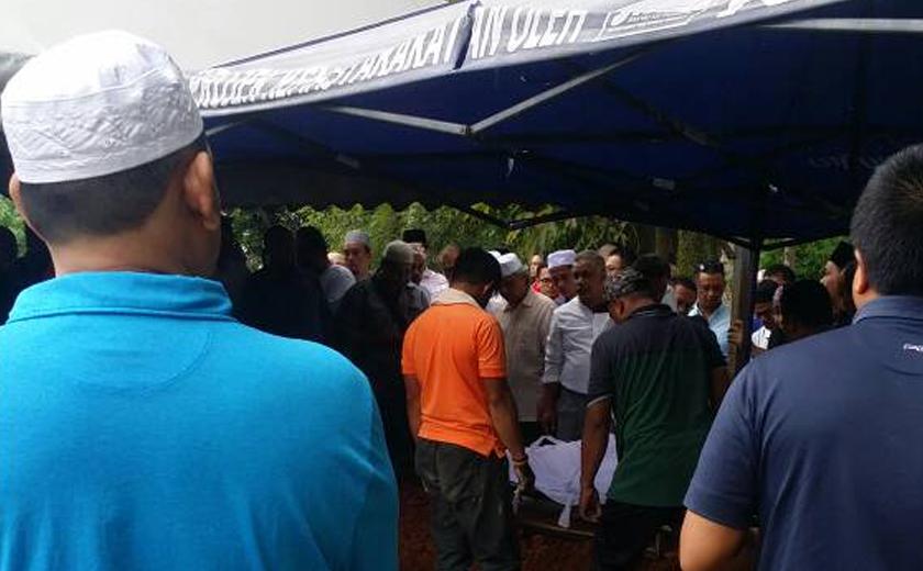 Allahyarham disemadikan di Tanah Perkuburan Islam Bukit Kiara, Petaling Jaya pada petang tadi. - Foto Astro AWANI / Razak Chik