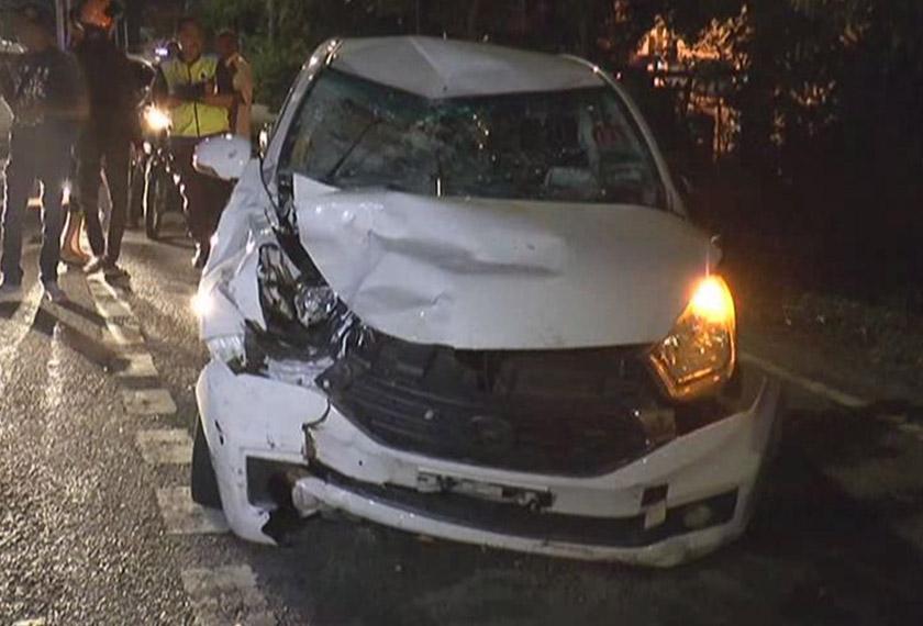 Keadaan kereta Perodua Myvi yang merempuh dua mangsa. - Astro AWANI