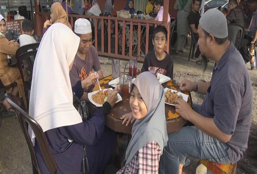 Antara pengunjung yang datang untuk menikmati menu nasi goreng sotong emas. - Foto Astro AWANI