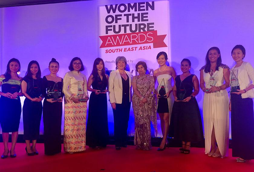 9 pemenang 'Women of the Future Awards' Asia Tenggara bersama penaungnya Pinky Lilani dan Pesuruhjaya Tinggi Britain ke Malaysia Vicki Treadell. - Foto Astro AWANI / Jasmine Abu Bakar