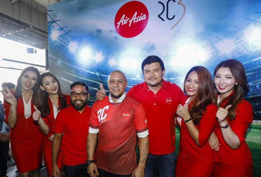 Roberto Carlos (tengah) bersama CEO AirAsia Berhad, Riad Asmat dan CEO AirAsia X Malaysia, Benyamin Ismail. - Foto ihsan AirAsia